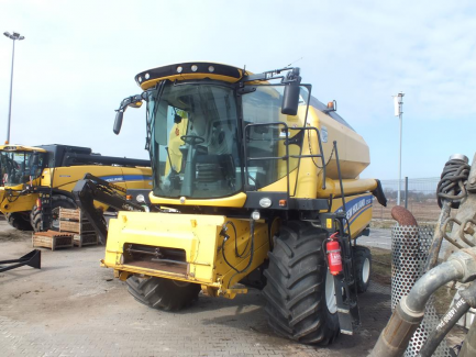 NEW HOLLAND TC 5.80 479 harvester + header NEW HOLLAND 17 + trolley
