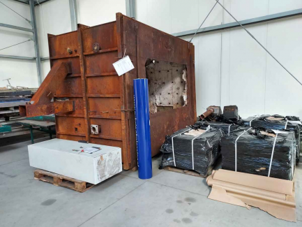 Galvanizing furnace with equipment