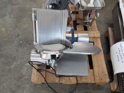 Urządzenia gastronomiczne (Krajalnice + młynek do mięsa MA-GA Bydgoskie Zakłady Maszyn Gastronomicznych 612p; 310p2T; TC12